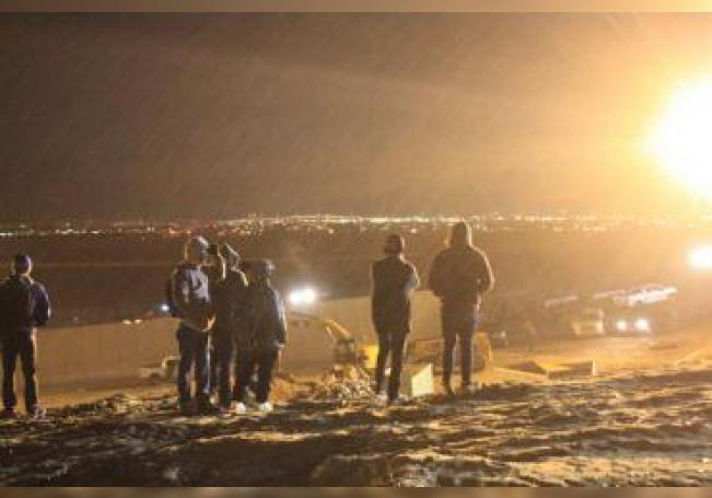Migrantes centroamericanos esquivan el humo del gas lanzados por los guardias de la policía fronteriza estadounidense durante su intento de cruzar la frontera que limita a México con la Unión Americana en los primeros minutos de hoy, martes 1 de enero de 2019. EFE