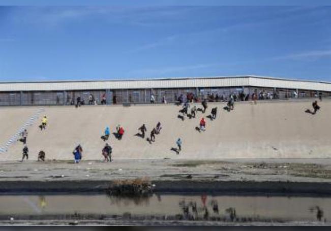 Grupos de personas tratan de cruzar la garita El Chaparral, de la ciudad de Tijuana, en el estado de Baja California (México). EFE/Archivo