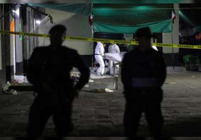 Peritos forenses realizan el levantamiento de cuatro cadáveres este viernes, 14 de septiembre de 2018. EFE/Archivo