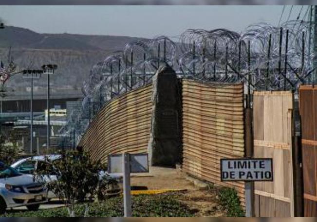 Militares estadounidenses instalan alambradas de puas, cerca de la frontera con Tijuana (México). EFE/Archivo
