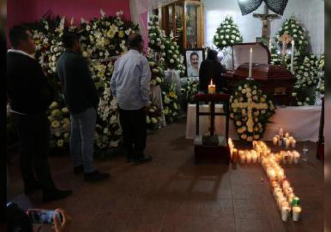 Vista del funeral del alcalde Alejandro Aparicio, asesinado ayer minutos después de tomar posesión de su cargo, en Tlaxiaco (México). EFE/STR