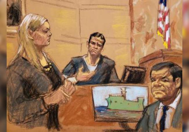 """Reproducción fotográfica de un dibujo realizado por la artista Jane Rosenberg donde aparecen Amanda Liskamm (i), asistente del Fiscal de Estados Unidos, Adam Fels; Vicente Zambada (c), hijo de Ismael """"El Mayo"""" Zambada y uno de los testigos principales en el juicio por narcotráfico contra Joaquín """"El Chapo"""" Guzmán, y Joaquín """"El Chapo"""" Guzmán (d), durante la continuación del juicio por narcotráfico"""