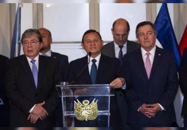 El canciller peruano, Néstor Popolizo (c), comparece en rueda de prensa hoy junto a sus pares del Grupo de Lima Carlos Trujillo (i), de Colombia, y Roberto Ampuero (d), de Chile, en Lima (Perú). EFE