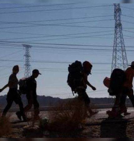 Migrantes centroamericanos continúan su trayecto por la norteña ciudad de Mexicali con rumbo a la fronteriza Tijuana (México). EFE