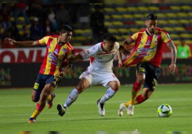 El jugador de Toluca Antonio Ríos (c) disputa el balón con Edison Flores (i), Rodrigo Millar (d) del Morelia hoy, viernes 4 de enero de 2019, durante un juego de la jornada 1 del torneo clausura 2019 del fútbol mexicano, en el estadio Morelos de la ciudad de Morelia (México). EFE