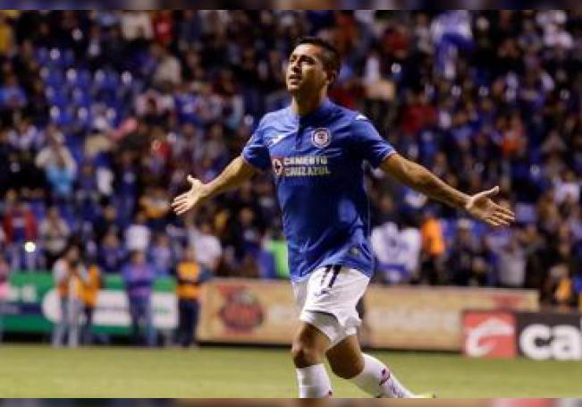 El jugador del Cruz Azul, Elías Hernández, celebra su anotación ante el Club Puebla durante el juego correspondiente a la jornada 1 del torneo mexicano de fútbol, celebrado en estadio Cuauhtémoc de Puebla, (México). EFE