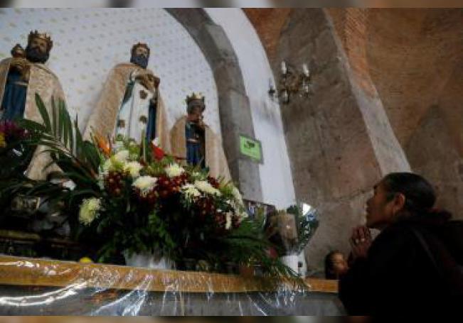 Feligreses visitan hoy la parroquia de los Santos Reyes, en la localidad de Cajijitlán, en Jalisco (México). En el poblado mexicano de Cajititlán las peticiones a los Reyes Magos no llegan en una carta ni en globo, sino en las oraciones de miles de personas que viajan hasta su santuario para pedirles milagros. EFE