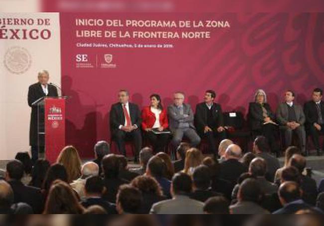 El presidente de México, Andrés Manuel López Obrador (i), habla durante su gira de trabajo hoy en Ciudad Juárez, en el estado de Chihuahua (México). EFE