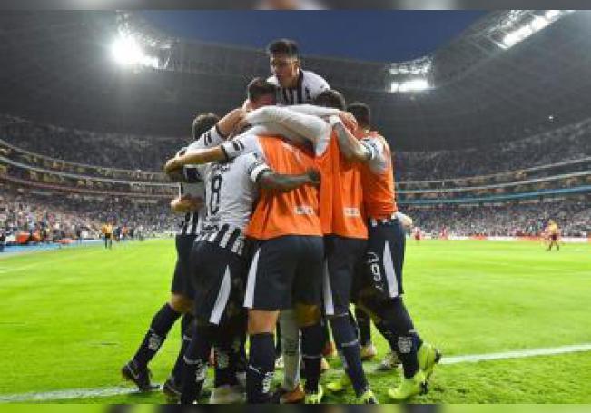 Jugadores de los Rayados de Monterrey fueron registrados este sábado al festejar una anotación que le anotaron a los Tuzos de Pachuca, durante un partido correspondiente a la jornada 1 del Torneo Clausura de fútbol 2019, en el estadio BBVA de la ciudad de Monterrey (México). EFE