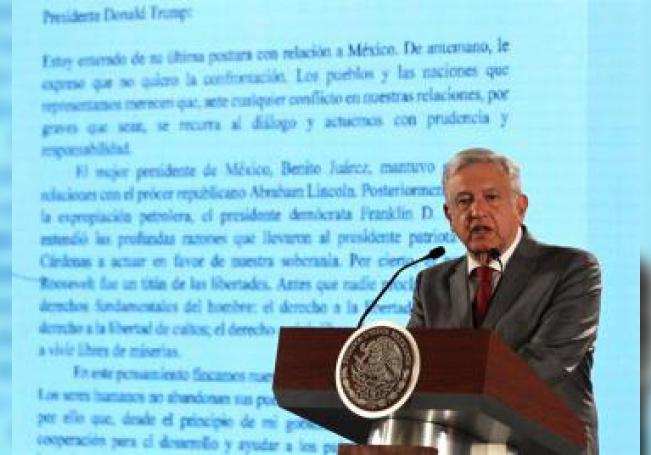 El presidente de México, Andrés Manuel López Obrador,muestra a periodistas la carta enviada al presidente Donald Trump, durante su rueda de prensa matutina, el viernes 31 de mayo de 2019, en el Palacio Nacional de Ciudad de México. EFE/Archivo