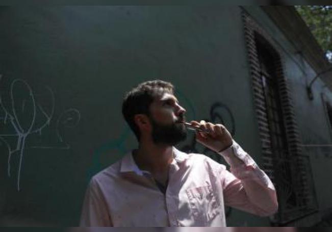"""Fotografía del 23 de mayo de 2019, de Federico Traba, consumidor de marihuana, durante una entrevista para Efe en Ciudad de México (México). Ante la posibilidad de que la marihuana se legalice en México, nuevas formas de consumo van abriéndose paso. Dejando a un lado el porro, fumar en vaporizadores o en las futuristas y discretas """"plumas"""" ayuda a hacer más amable la imagen del fumador y romper as"""