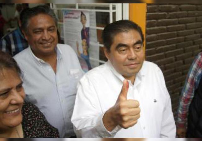 Miguel Barbosa, candidato a gobernador del estado de Puebla por la coalición Juntos Haremos Historia, muestra su dedo luego de votar este domingo durante la jornada electoral en Tehuacán, estado de Puebla (México). EFE