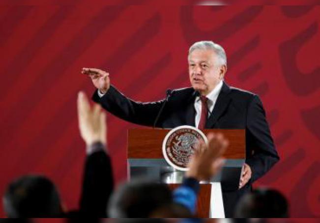 El presidente de México, Andrés Manuel López Obrador, habla durante su conferencia de prensa matutina este lunes, en el Palacio Nacional, en Ciudad de México (México). EFE