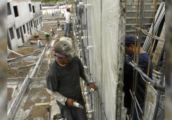 Fotografía de 2 personas que trabajan en una construcción en Cuidad de México. EFE/Archivo