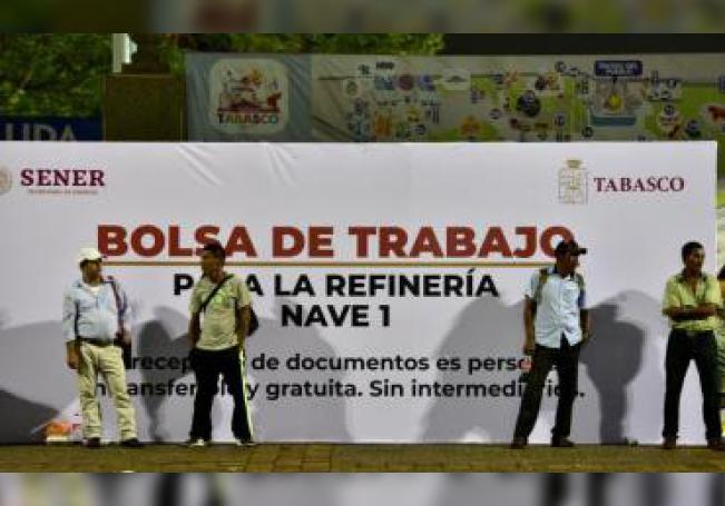 Decenas de personas hacen fila para acceder a la aplicación de un posible empleo en la construcción de la refinería de Dos Bocas este lunes, en Villahermosa (México). EFE