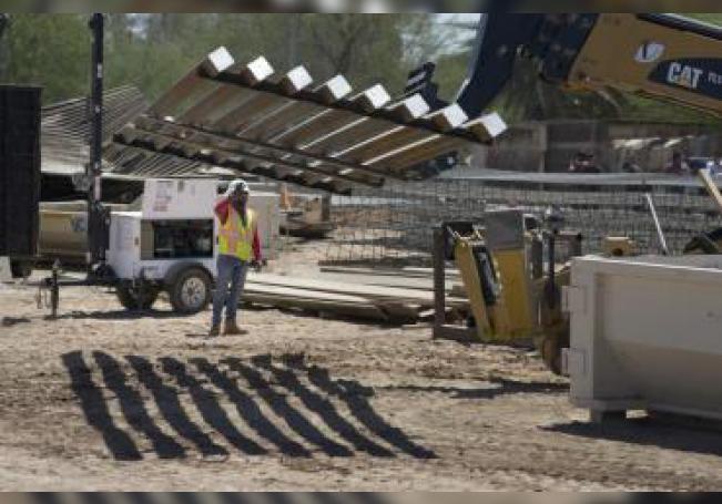 Trabajadores avanzan en la construcción del muro fronterizo entre México y EE.UU.. EFE/Archivo