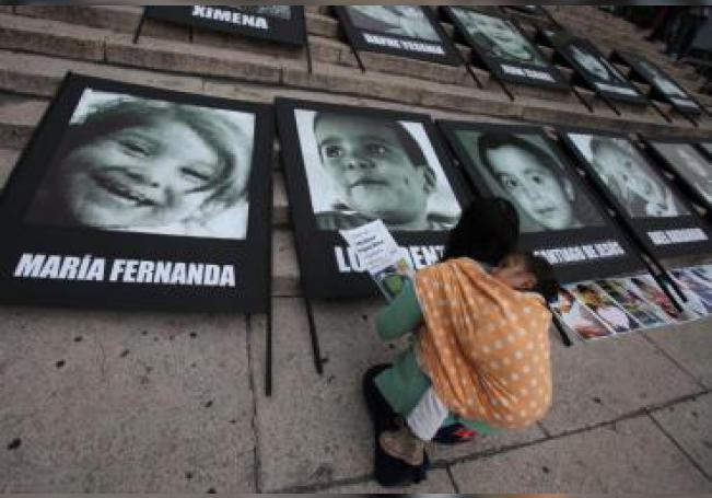 Padres y familiares de los 49 niños fallecidos en la guardería ABC de Hermosillo, en el noroccidental estado de Sonora, colocan fotografías de los niños en la Ciudad de México. EFE/Archivo