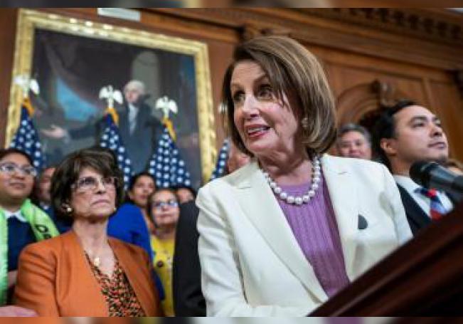 La presidenta de la Cámara de Representantes de Estados Unidos, la demócrata Nancy Pelosi, ofrece este martes una rueda de prensa en el Capitolio, en Washington, DC (EE.UU.). EFE