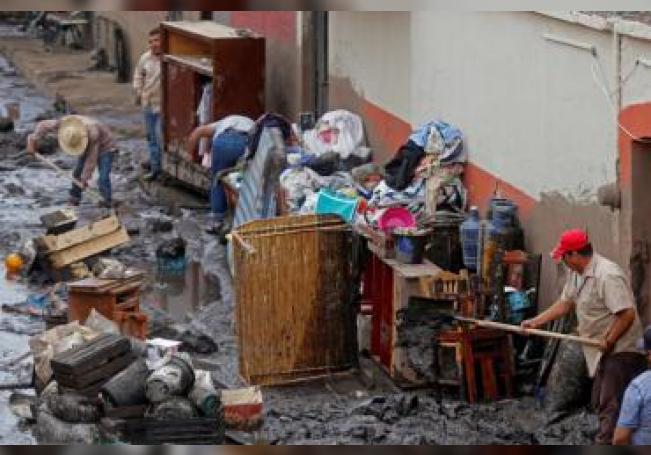 Habitantes rescatan algunas de sus pertenencias este lunes luego de las fuertes lluvias en San Gabriel (México). EFE