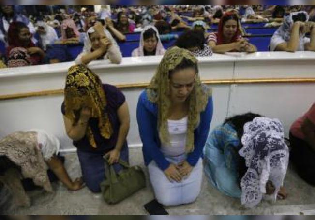 Fieles de la evangélica Iglesia la Luz del Mundo se congregan durante la madrugada de este miércoles, en su sede de Guadalajara (oeste de México), para rezar por la liberación de su líder, Naasón Joaquín García, detenido en Estados Unidos por trata de personas, pornografía infantil y abuso sexual de menores. EFE