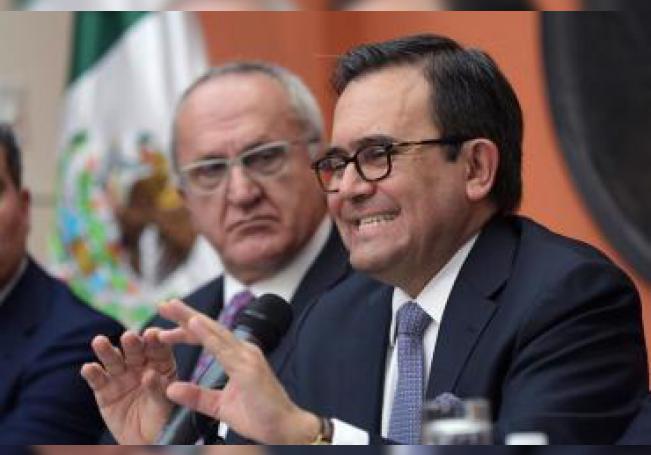 El ex secretario mexicano de Economía, Ildefonso Guajardo (d), habla junto al ex jefe negociador del Tratado de Libre Comercio de América del Norte (TLCAN), y ahora subsecretario de Exteriores para América del Norte, Jesús Seade (i), en una rueda de prensa celebrada el lunes 27 de agosto de 2018, en la embajada mexicana en Washington (Estados Unidos). EFE/Archivo