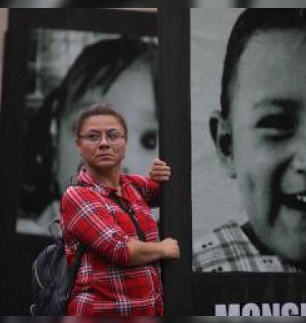 Familiares de niños que fallecieron hace 10 años en el incendio de la Guardería ABC de Hermosillo Sonora marchan este miércoles, por las calles de Ciudad de México (México). EFE