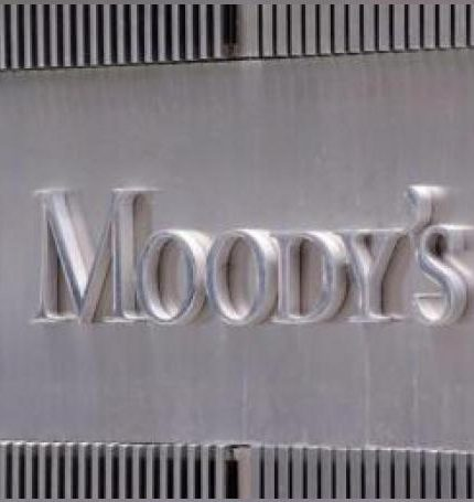 Fotografía del logo de la agencia de calificación Moody's en la fachada de su sede en Nueva York (EEUU). EFE/Archivo