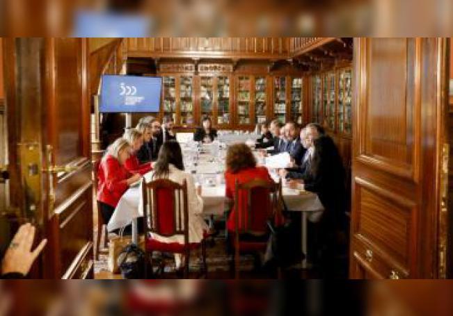 Los miembros de la Comisión Ejecutiva conmemorativa del V centenario de la expedición de la primera vuelta al mundo, constituida por el Gobierno central, y presidida por el subsecretario del Ministerio de Cultura y Deporte, Javier García Fernández (5d), este martes durante la celebración de su quinta reunión en Gipuzkoa. EFE