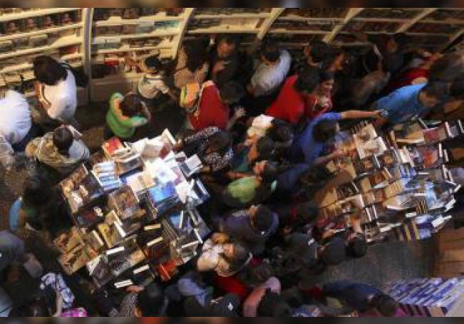 Cientos de personas asisten el sábado 30 de marzo de 2013, a la séptima edición del Gran Remate de Libros, que se realiza en el Auditorio Nacional, en Ciudad de México, donde más de un centenar de editoriales ofrecen aquellos títulos que permanecieron almacenados en bodegas. EFE/Archivo