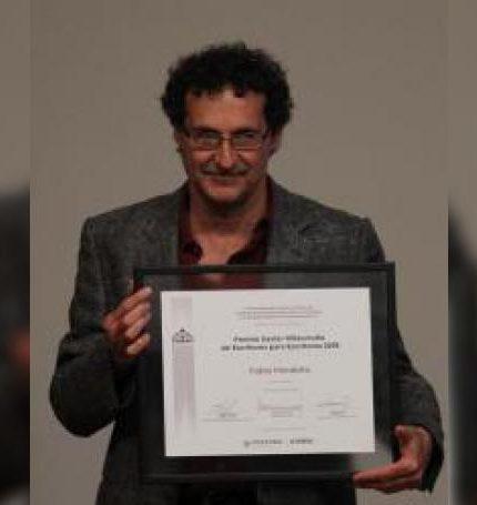 El poeta mexicano Fabio Morábito, muestra el premio Xavier Villaurrutía, recibido este martes, en el Palacio de Bellas Artes, en Ciudad de México (México). EFE