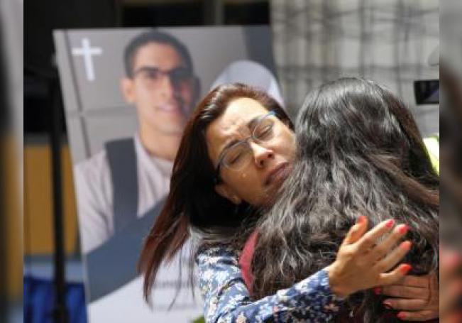 Familiares participan en un oficio religioso por la muerte del estudiante universitario Norberto Ronquillo este lunes, en la Universidad del Pedregal, en Ciudad de México (México). EFE