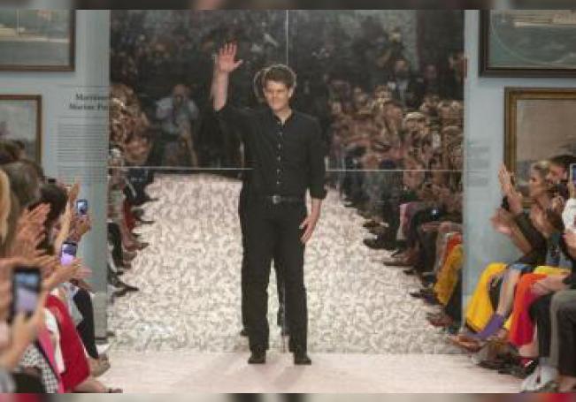 El modisto Wes Gordon, de 31 años, saluda al final de su desfile de la colección primavera verano 2019 para la firma Carolina Herrera, el lunes 10 de septiembre de 2018, durante un desfile de la Semana de la Moda de Nueva York celebrado en el museo de la Historic Society de Nueva York (EE.UU.). EFE/Archivo