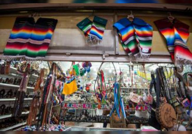 Vista de un puesto de venta de sarapes, los cuales son los bordados y diseños supuestamente plagiados por la marca Carolina Herrera, este miércoles, en Saltillo, estado de Coahuila (México). EFE