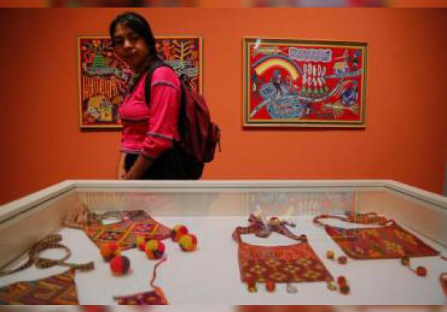 """Una mujer observa obras este martes, durante la muestra """"Grandes maestros del arte wixárika"""", exhibida en el Museo Cabañas, en la ciudad de Guadalajara en el estado de Jalisco (México). EFE"""
