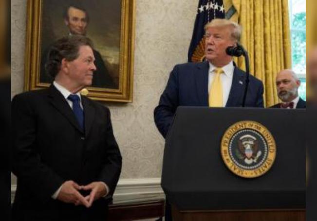 El presidente de los Estados Unidos, Donald J. Trump (d), entrega la Medalla Presidencial de la Libertad al economista Arthur Laffer (i) este miércoles, en la Oficina Oval de la Casa Blanca, en Washington (EE.UU.). EFE