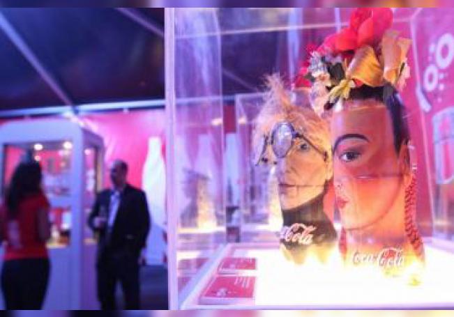 """Vista del viernes 3 de julio de 2015, de la exposición de la botella Coca Cola en Plaza Cuicuilco de Ciudad de México. La figura de la pintora Frida Khalo incrustada en un frasco de refresco, un radio en forma de hielera y una mesa de billar de tamaño chico sobresalen entre los 60.000 objetos relacionados con la Coca Cola, algunos de los cuales son exhibidos en el """"Tour de la botella"""" en la Ciudad"""