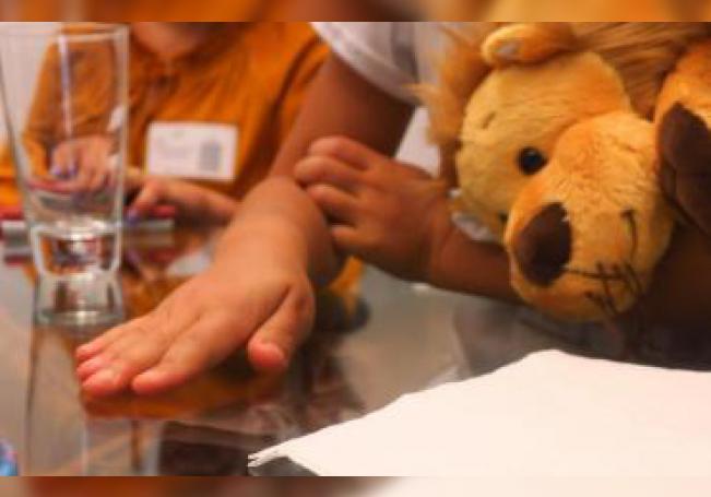 Fotografía detalle de un niño que padece diabetes tipo 1. EFE/MÁXIMA CALIDAD DISPONIBLE