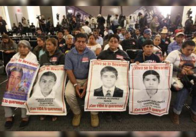 Familiares de los jóvenes desaparecidos de la normal rural de Ayotzinapa acudieron a la instalación de la Comisión Presidencial para la Verdad y Acceso a la Justicia en el Caso Ayotzinapa, en Ciudad de México (México), el 15 de enero de 2019. EFE/Archivo