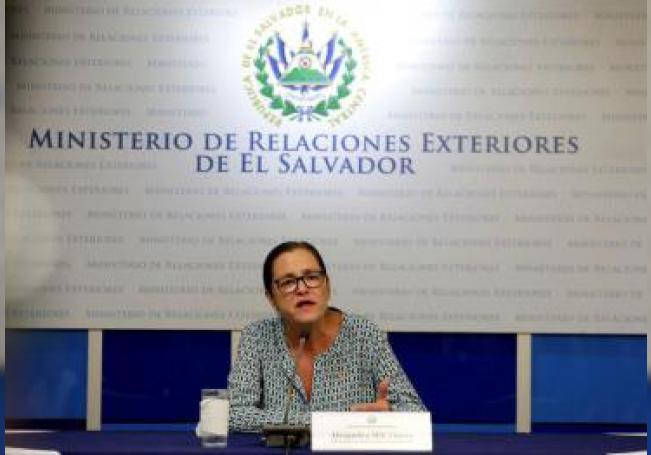 La canciller salvadoreña, Alexandra Hill, ofrece una conferencia de prensa este martes, en San Salvador (El Salvador). El Gobierno de El Salvador coordina con México la repatriación de los cadáveres de un padre y su hija de menos de dos años de edad fallecidos al intentar cruzar el río Bravo, informó Hill. EFE