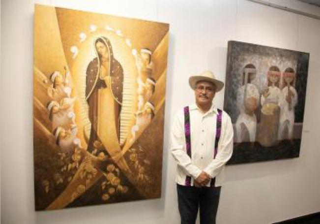 "El pintor Lalo Garcia posa durante la exhibición ""We Color our Movement"" del CHIRLA'S: Immi'Art 2019, en el Consulado General de México en Los Ángeles, California (EE. UU.). EFE"