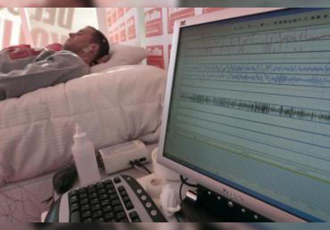 Vista de un paciente durante un estudio realizado para analizar si se puede dormir bien con el ruido. EFE/Chema Moya/Archivo