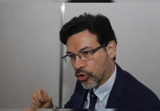 Elkin Velásquez, director de la oficina regional de América Latina y el Caribe de ONU Habitat, habla este miércoles durante una entrevista con Efe, en Puebla (México). EFE/ Hilda Rios