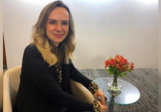 La presidenta del Instituto Oncoguia de Brasil, Luciana Holtz posa después de una entrevista con Efe, este jueves tras participar en el Roche Press Day 2019, en la ciudad de Sao Pablo (Brasil). EFE/Cristina Sánchez