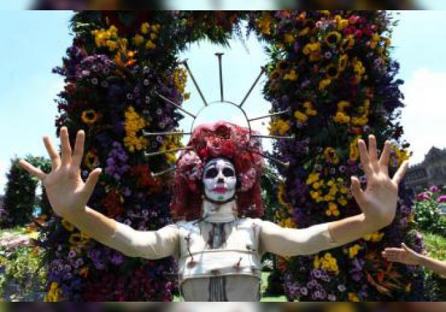 Visitantes participan este sábado en la exposición 'Los Colores de Frida' en la Plaza de la Constitutción, en Ciudad de México (México) con ocasión del 112° aniversario del natalicio de la artista mexicana Frida Kahlo. EFE/ Mario Guzmán