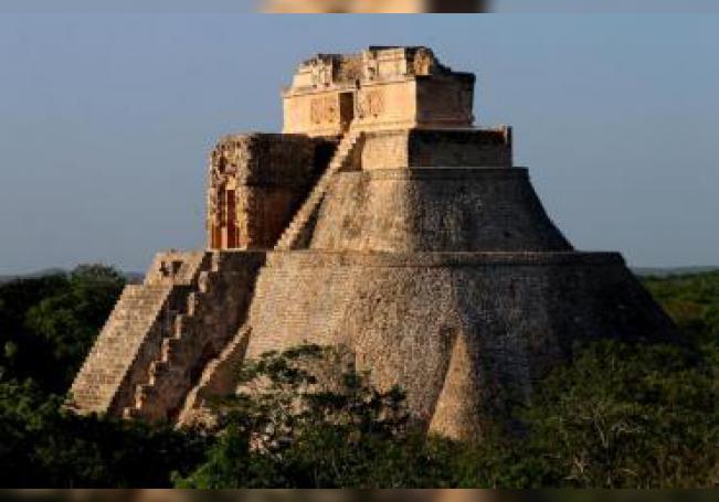 Fotografía del 16 de marzo de 2016 de uno de los palacios de Uxmal, una de las zonas arqueológicas más importantes de Yucatán, en el sureste de México, que sigue maravillando a turistas y arqueólogos, que en cada investigación descubren detalles de la riqueza arquitectónica del lugar y jeroglíficos que cuentan la historia de los gobernantes mayas. EFE/Martha López Huan