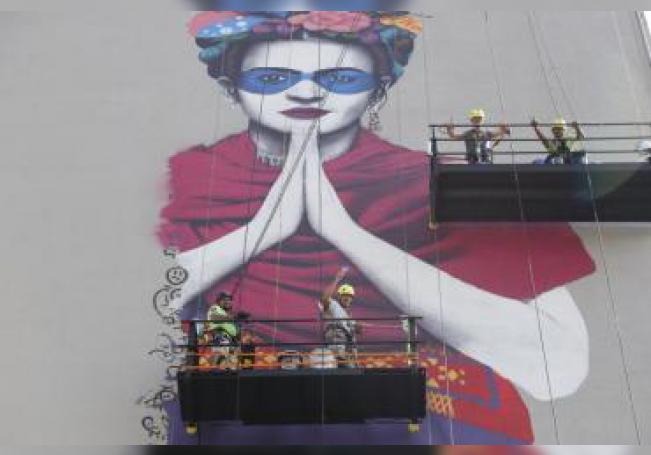 """Vista del mural titulado """"La Magdalena"""", con la imagen de la pintora mexicana Frida Kahlo, realizado este martes por el artista irlandés Fin Dac en la ciudad de Guadalajara, estado de Jalisco (México). EFE/Francisco Guasco"""