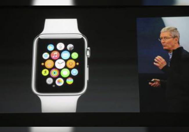 Vista de la pantalla en la que se retransmite la presentación del reloj de pulsera inteligente Apple Watch, mostrado por el consejero delegado de Apple, Tim Cook, en una tienda de la compañía en Berlín, Alemania, el lunes 9 de marzo de 2015. EFE/Kay Nietfeld/Archivo