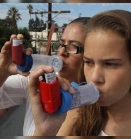 Fotografía de dos personas que utlizan los aparatos de inhalación de medicina para el asma. EFE/Iván Mejía/Archivo
