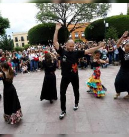 ((ACOMPAÑA CRÓNICA MÉXICO CULTURA)) MEX050. QUERÉTARO (MÉXICO),13/07/2019.- El español Juan Paredes baila flamenco este sábado, en la ciudad de Querétaro (México). El bailaor Juan Paredes sacó este sábado su arte flamenco a las calles de la ciudad de Querétaro, en el centro de México, en el marco de la séptima edición del Festival Ibérica Contemporánea, que llenó las calles de metrópoli. EFE/Enriq