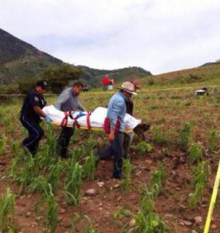 Agentes ministeriales recogen los cuerpos de siete personas fallecidas a causa de la caída de un rayo en la comunidad de Mesa Cuata en Guanajuato (México). EFE/Gerardo León/Archivo